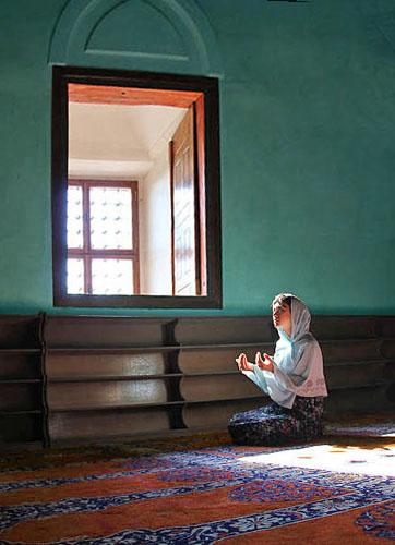 praying in edirne selimiye mosque